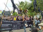 Demonstrasi Solmadapar di Kejati Kalbar menuntut penuntasan Kasus-kasus Korupsi yang di tangani kejati